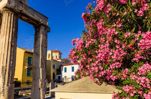 Plakat Dziejowy centrum Ateny, blisko Monastiraki kwadrata z kwiatu bougainvillea w przedpolu, Ateny, Grecja