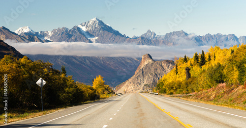 drogi-prowadzi-w-dol-jesieni-sezon-otwarty-alaska