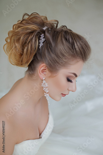 Photo sur Toile Salon de coiffure portrait of beautiful blonde bride with fashion hairstyle and make-up