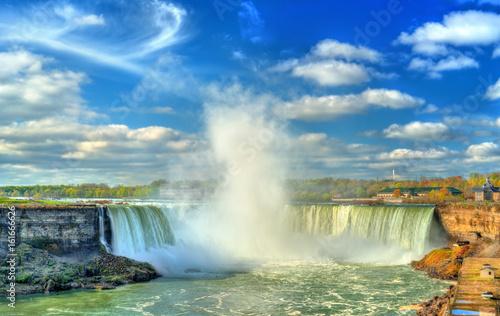 kanadyjskie-wodospady-w-piekny-i-pogodny-dzien-niagara-falls