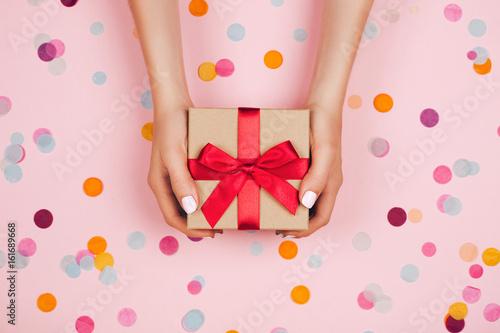 Fotografía  Hands holding present box