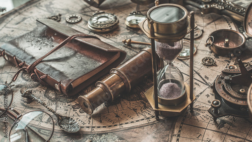 Poster Navire Antique Compass, Oil lamp And Binocular Spyglass