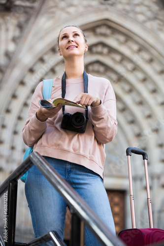 Poster Napels Girl having pamphlet and looking for her route in city