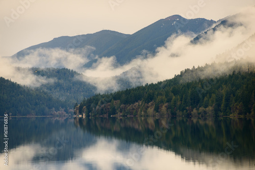 Foto op Plexiglas Natuur Park Misty Morning at Lake Crescent at Olympic National Park