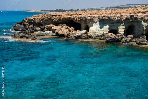 La pose en embrasure Chypre Sea caves near Ayia Napa, Mediterranean sea coast, Cyprus