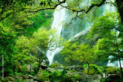 piekny-wodospad-w-tajlandii-posrod-zielonych-drzew