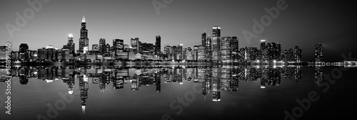 Deurstickers Chicago Panoramic Chicago skyline at night in black and white