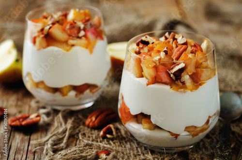 Spoed Fotobehang Dessert Caramelized apples pecan greek yogurt parfait