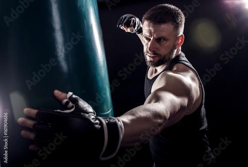 Fototapeta orientalna   studio-strzalow-meskiego-boksera-wykrawania-worek-bokserski