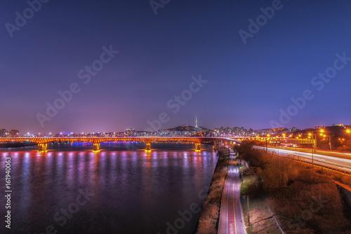 Zdjęcie XXL krajobraz rzeki Hangung wieczorem i Seoul Tower w nocy w Seulu, w Korei