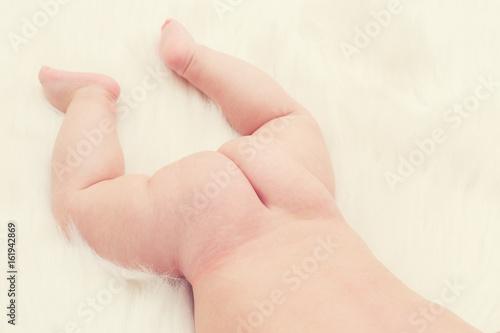 Zdjęcie XXL Zamyka w górę dziecko dna lying on the beach na białym sukiennym tle