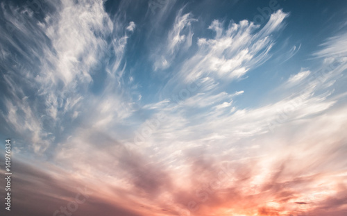 Foto  Dramatic sky at sunset, the contrast of Cirrus cloud shapes,