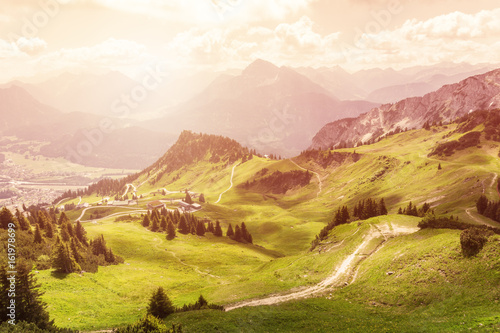 Panoramablick auf die Tiroler Alpen zum Sonnenuntergang.
