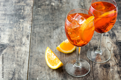Photo sur Aluminium Cocktail Aperol spritz cocktail in glass on wooden table