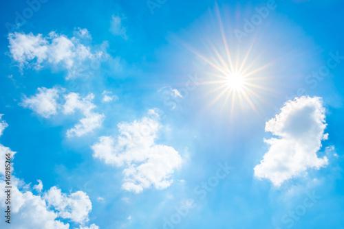 Plakat Piękne błękitne niebo z jasnym słońcu