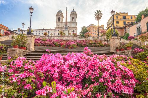 Zdjęcie XXL Hiszpański Kroki rano z azalii w Rzymie, Włochy. Rzymskie Schody Hiszpańskie (Scalinata della Trinità dei Monti) to sławny punkt orientacyjny i atrakcja Rzymu i Włoch.