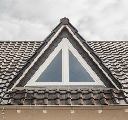 Dach Moderne Dachgaube Als Spitzgaube Mit Dreiecksfenster In Weissem