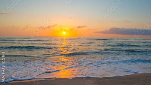wchodzace-slonce-nad-morzem-w-wiosenny-poranek