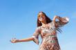 Tanzende junge Hippie-Frau