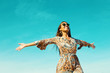 Hippie Frau geniest die Freiheit