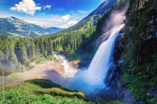piekny-i-duzy-wodospad-w-austrii-ujecie-na-dlugim-czasie-naswietlania
