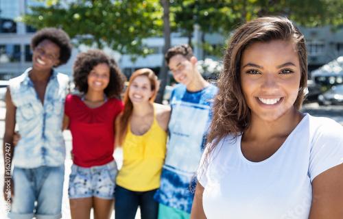 Fotografie, Obraz  Lachende junge Frau mit internationaler Gruppe