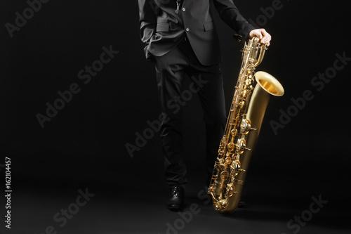 Photo Saxophone player jazz musician with baritone sax