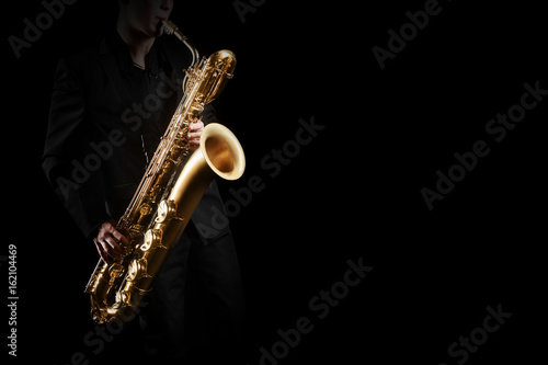 In de dag Muziek Saxophone player. Saxophonist with baritone