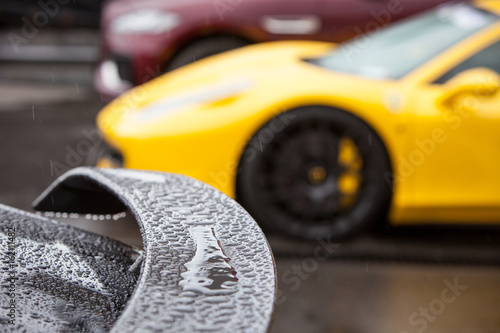 Photo Rain drops on the spoiler of a sports car