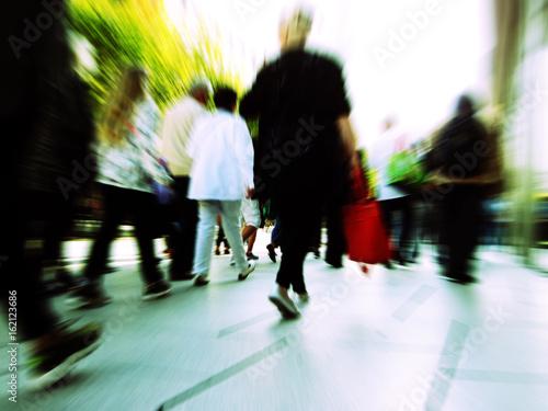 Foto  Keine Zeit Hektikt beim Einkaufen