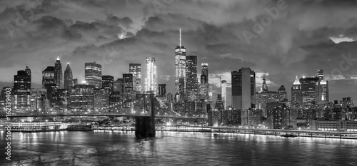 Fototapeta Black and white panoramic picture of New York City at night. obraz na płótnie