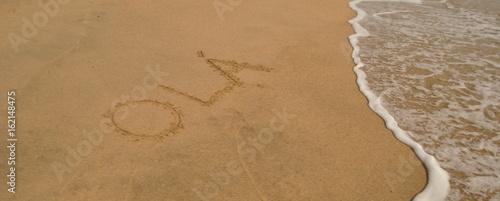 Olá na areia - mensagem de olá escrita na areia do mar perto das ondas Wallpaper Mural