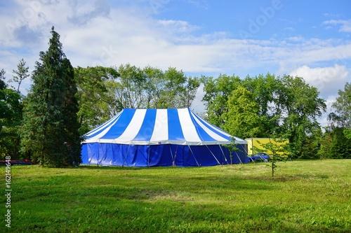 Foto auf AluDibond Oper / Theater Big white blue tent theatrical in the park