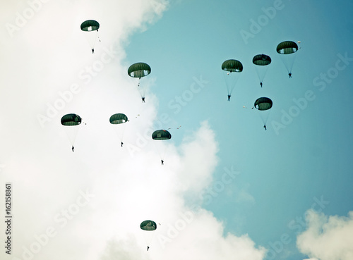 Canvas Print Parachutists in the sky