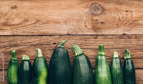 Photo Fresh farmer organic zucchini on a wooden background