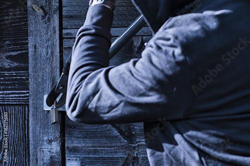 Valokuva Einbrecher versucht ein Schloss zu knacken