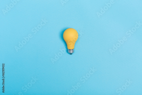 Photo  Colored light bulb on vivid colored background