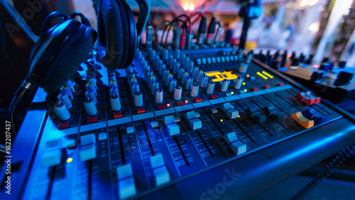 Fotografija Professional audio mixing console with fader and adjusting knobs - radio / TV br
