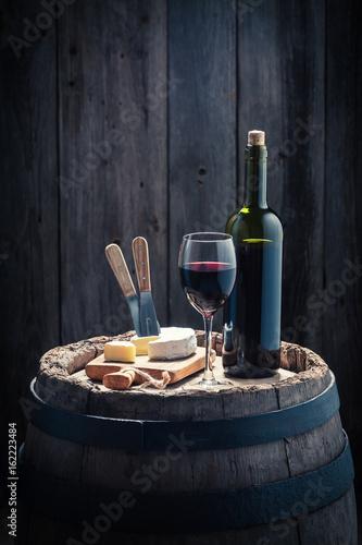 czerwone-wino-i-ser-camembert-na-debowej-beczce