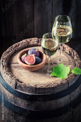 smaczne-biale-wino-z-figami-na-debowej-beczce