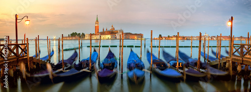Türaufkleber Gondeln Traditional gondolas with San Giorgio Maggiore church, San Marco, Venice, Italy
