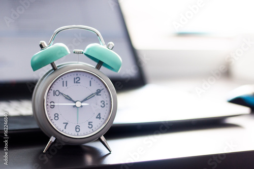 Zdjęcie XXL Budzik na biurku, laptop
