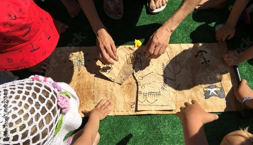 Fotomural  Children collect an old treasure map