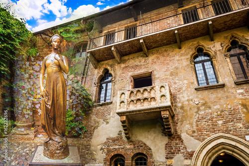 Kolaż zdjęć brązowego posągu Julii i balkonu Juliet Verona Włochy