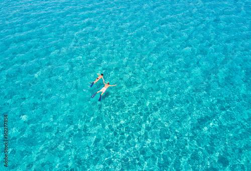 Fotografia, Obraz  Paar schnorchelt zusammen im türkisen Wasser der Ägäis in Griechenland