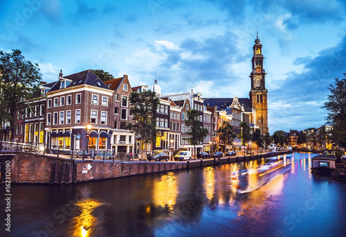 Photo The most famous canals and embankments of Amsterdam city at night