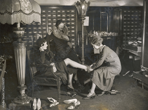 Valokuva  Costume - Shoe Shop. Date: 1933