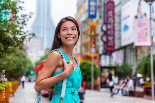 Fotografija  Chinese woman shopping on Nanjing Road Shanghai city, China