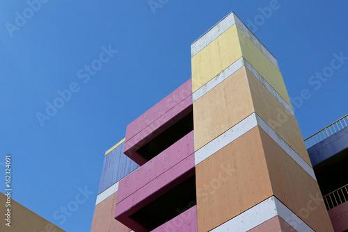 Blick nach oben auf eine bunt angemalte Betonfassade Canvas Print
