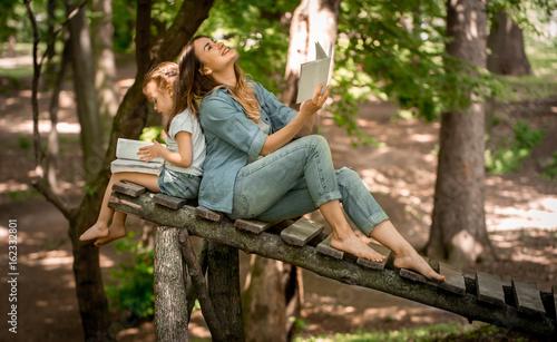 Fotografía  Mom and daughter read the book